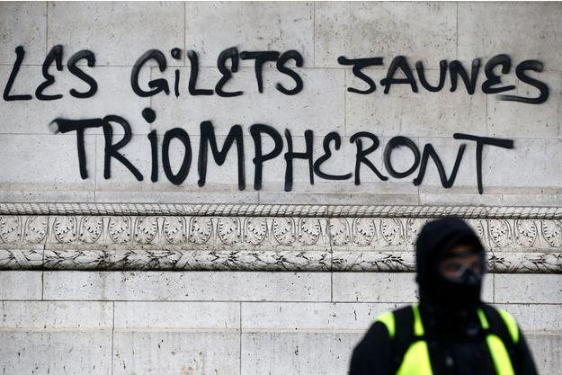 """Un tag dessiné sur l'Arc de Triomphe durant le rassemblement des """"Gilets jaunes"""" à Paris, le 1er décembre."""
