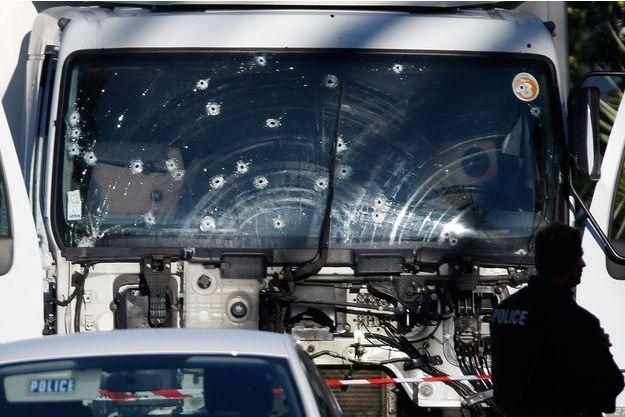 Le camion criblé de balles utilisé pour tuer au moins 84 personnes sur la promenade des Anglais à Nice jeudi.