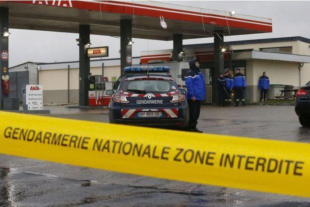 Les gendarmes sur les lieux du braquage d'une station service près de Villers-Cotterêts, jeudi.
