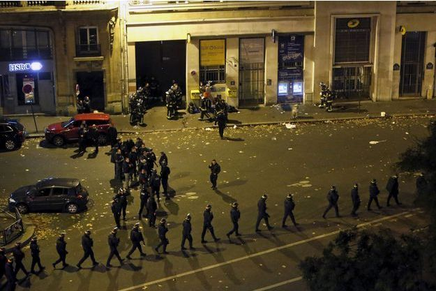 Les attentats à Paris ont fait au moins 128 morts.