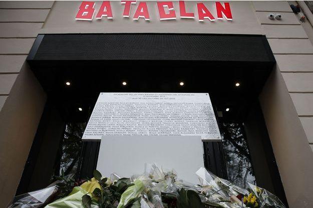 La plaque à la mémoire des personnes mortes au Bataclan, sur la devanture de la salle de concert.
