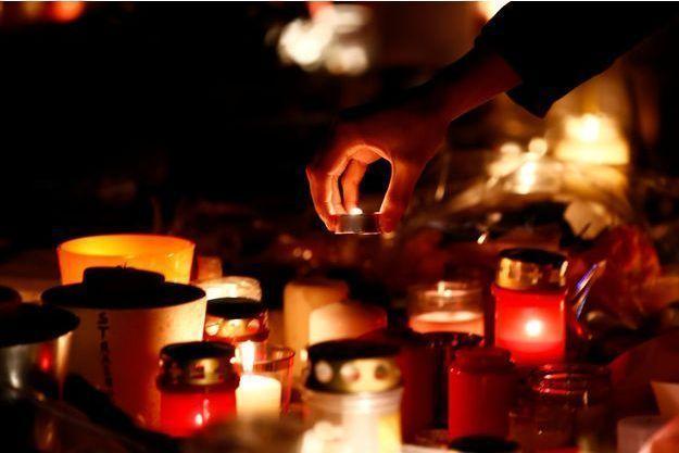 Des bougies déposées à Strasbourg, où cinq personnes ont été tuées mardi dans un attentat.