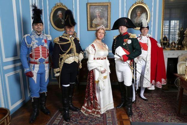 De g. à dr., l'officier d'ordonnance, Casimir de Mortemart ; le général Cambronne ; l'impératrice Joséphine, alias Delphine Samson ; l'empereur, Frank Samson, droit dans ses bottes ; Duroc, grand maréchal du Palais.