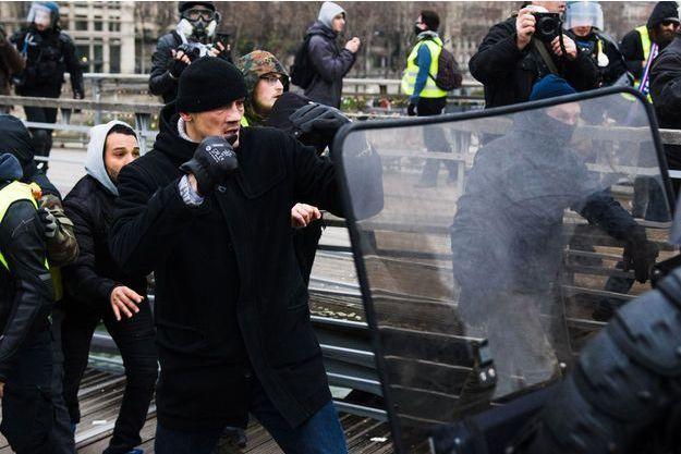 """Christophe Dettinger face aux gendarmes lors du mouvement des """"gilets jaunes"""", en janvier dernier, à Paris."""