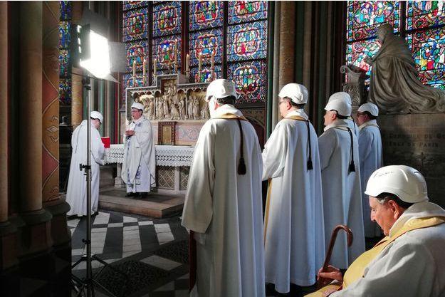 La protection divine ne suffit plus Casque-sur-la-tete-Mgr-Aupetit-celebre-la-premiere-messe-a-Notre-Dame-depuis-l-incendie