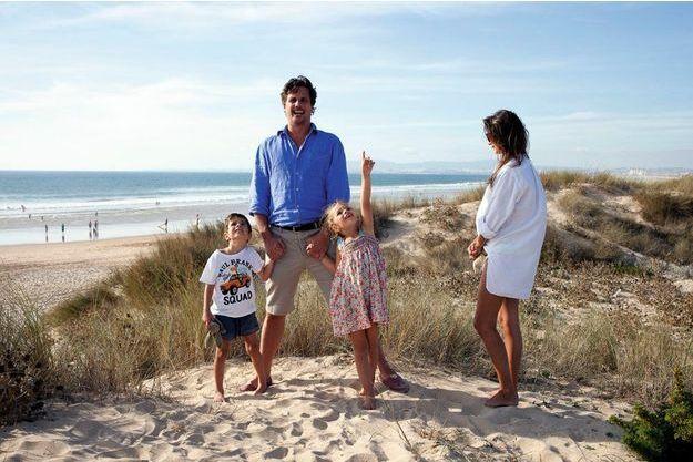 La famille Vallancien, Olivier, Malvina et leurs deux enfants, Manon, 6 ans, et Swan, 5 ans, sur la plage de Morena, le 4 octobre. En quelques mois, ils ont construit une nouvelle vie. « On avait des idées et l'énergie pour entreprendre. »