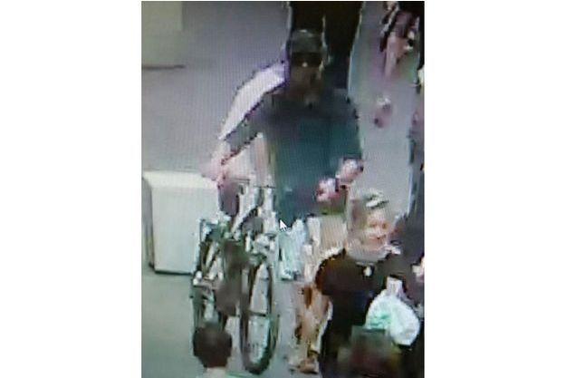 Une image de vidéosurveillance du suspect soupçonné d'être l'auteur de l'attaque au colis piégé à Lyon.