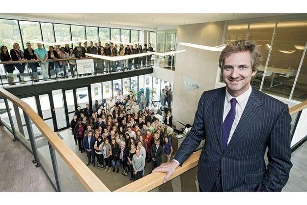 Frédéric Jousset, patron de Webhelp, avec des salariés d'un des sept sites de son entreprise, celui de Compiègne, qui emploie 580 personnes.
