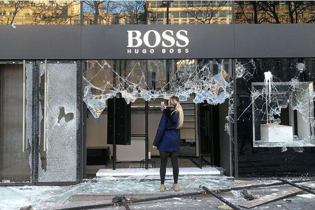 La boutique Hugo Boss sur les Champs-Elysées, parmi les magasins dégradés.