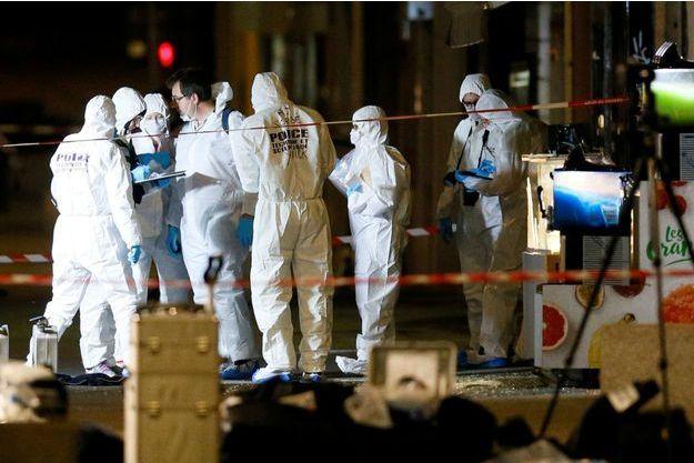 Les enquêteurs sur le lieu de l'explosion du colis piégé, à Lyon, le 24 mai 2019.