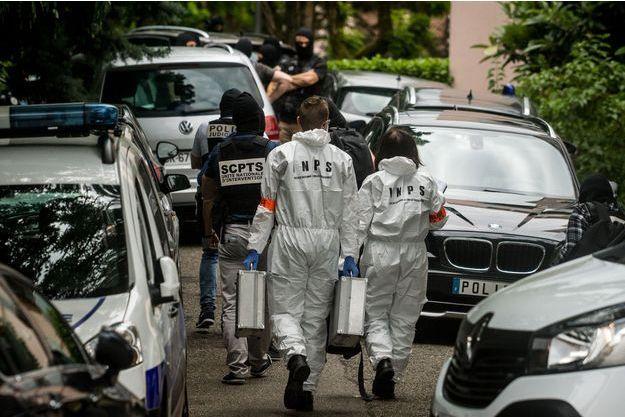 Les enquêteurs au domicile du suspect, à Oullins, le 27 mai 2019.