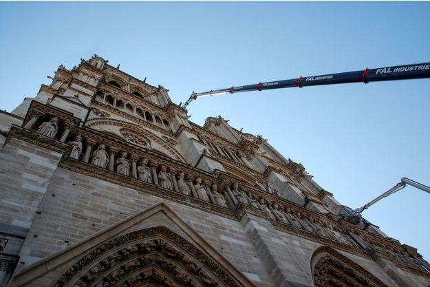Devant Notre-Dame de Paris, vendredi.