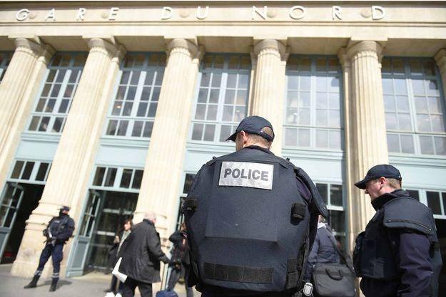 Des policiers devant la Gare du Nord à Paris.