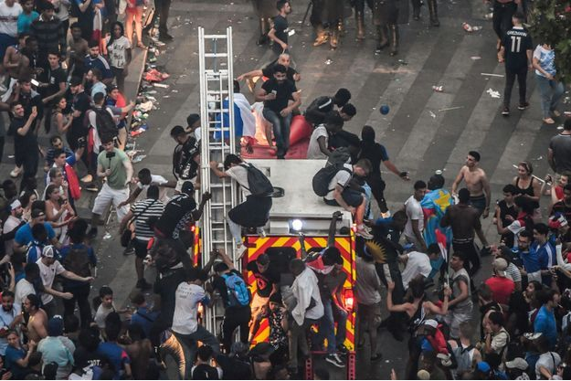 Les casseurs ont pillé le Drugstore Publicis des Champs-Elysées à Paris.