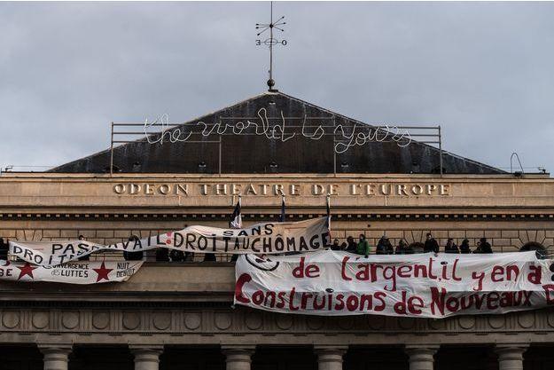 Les intermittents ont accroché des banderoles sur le théâtre de l'Odéon à Paris, dimanche.