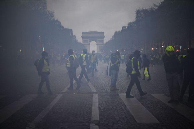 Des gilets jaunes avenue des Champs Elysées à Paris, le 8 décembre 2018
