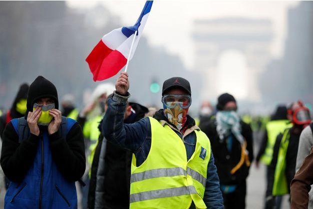 Un gilet jaune sur les Champs-Elysées.