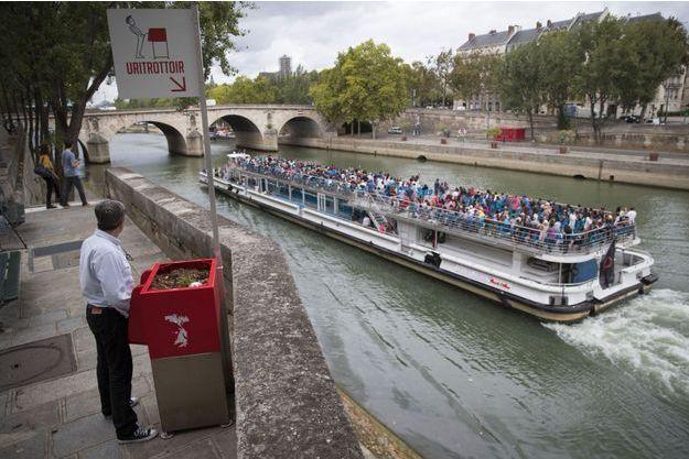 Un utilisateur d'un uritrottoir à Paris, lundi.