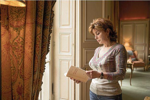 Entre les mains de Dominique, le roman d'Alix de Saint-André « Garde tes larmes pour plus tard » pourrait porter un titre inquiétant. Mais Mme Tapie en a vu d'autres. Et elle sait qu'à la fin, avec Bernard, l'hôtel particulier retrouve toujours sa splendeur.