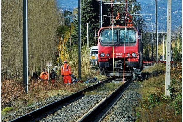 Agents de la SNCF et gendarmes examinent les débris autour de la locomotive du TER, samedi 16 décembre 2017.