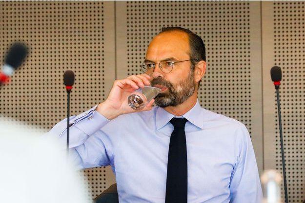 Edouard Philippe lors d'une réunion au centre opérationnel des urgences sanitaires au ministère de la Santé, vendredi.