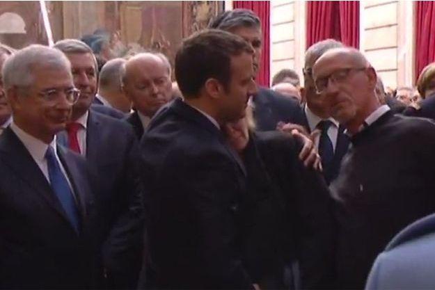 Emmanuel Macron console la mère de Tamara Callot, dimanche à l'Elysée.