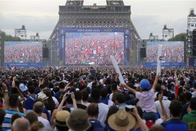 La fanzone à côté de la Tour Eiffel durant l'Euro de foot.