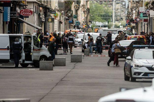 Les enquêteurs sur le lieu de l'explosion du colis piégé, vendredi 24 mai 2019, à Lyon.