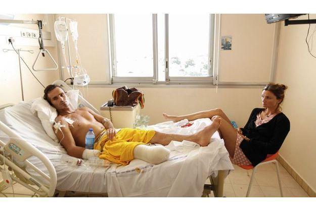 """Avec sa femme, Cathy, dans sa chambre de l'hôpital de Saint-Pierre. « Je trouvais stupide, dit Fabien, de disparaître si jeune, bouffé par un """"bouledogue"""". »"""