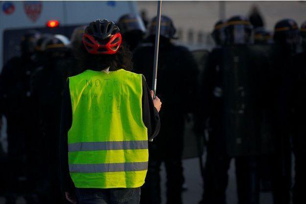 """Une """"gilet jaune"""" à Nantes, en février dernier (image d'illustration)."""