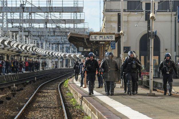 La police à la gare du Mans lundi.