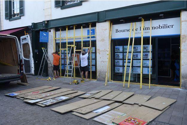Des protections pour les vitrines à Bayonne.