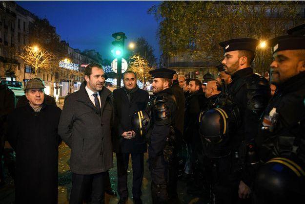 Le ministre de l'Intérieur Christophe Castaner a salué les forces de l'ordre installées sur les Champs-Elysées samedi matin.