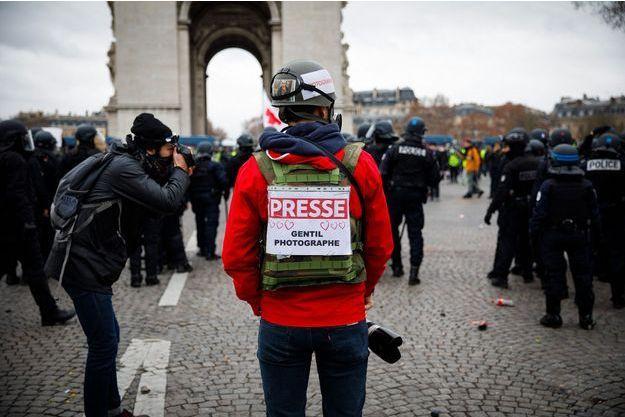 """Un photographe lors de la manifestation des """"gilets jaunes"""" à Paris."""