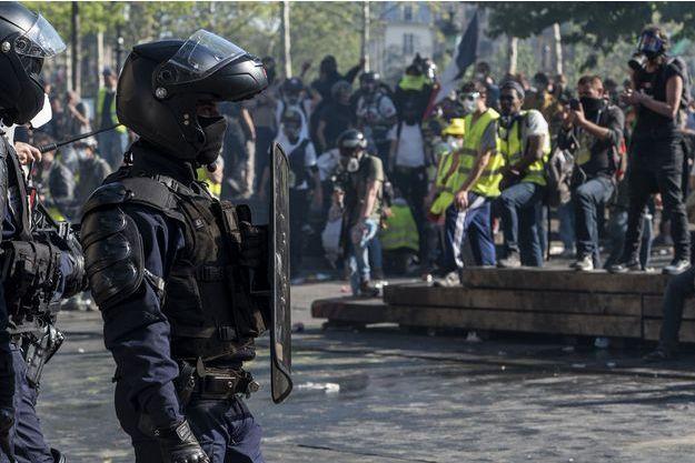 """Des policiers durant l'acte XXIII des """"gilets jaunes"""" samedi, à Paris."""