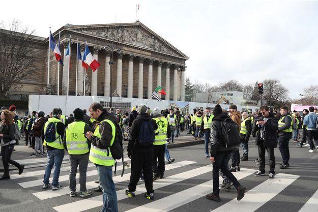 """Des """"gilets jaunes"""" aux abords de l'Assemblée nationale samedi"""
