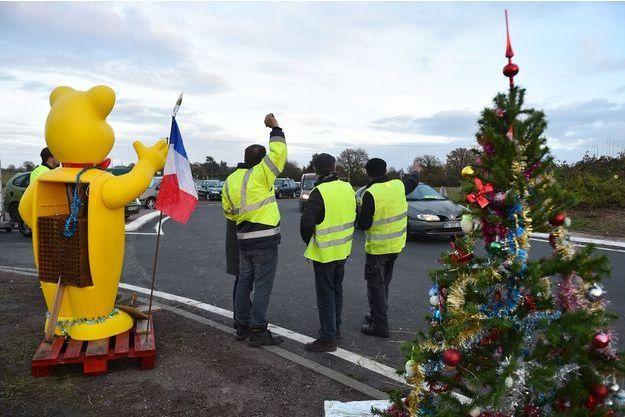 Des gilets jaunes ici mardi à Montabon, dans la Sarthe.