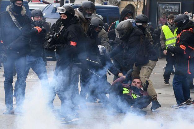 Arrestation d'un manifestant près des Champs-Elysées, samedi.