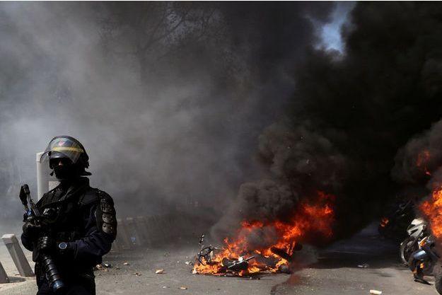 Des deux-roues ont été brûlés à Paris.