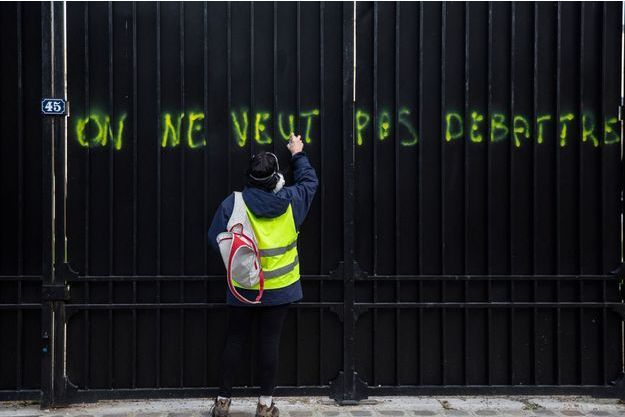 Un homme portant un gilet jaune à Paris samedi lors de l'acte XIII (image d'illustration)