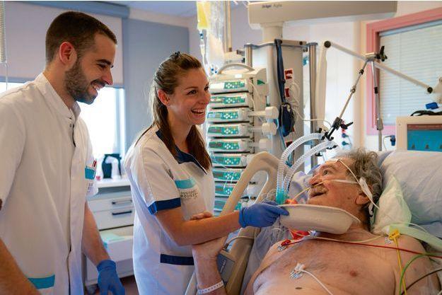 Les moments de répit se savourent : ici, Thomas, infirmier, et Sandra, aide-soignante, plaisantent avec un malade affichant un optimisme à toute épreuve.