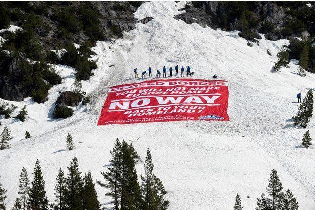 La banderole déployée au Col de l'Echelle.