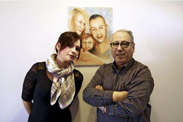Caroline et son beau-père, Albert, devant un tableau représentant un bonheur impossible: le jeune couple.