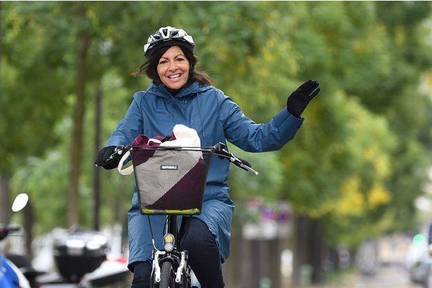 La maire de Paris Anne Hidalgo sur son vélo.