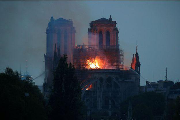 Notre-Dame de Paris est toujours la proie des flammes ce lundi soir.