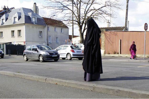 A Montreuil, à la sortie de la mosquée, après la prière du vendredi, une femme en sitar.