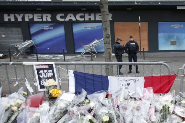Le 9 janvier, des fleurs et un drapeau tricolore en hommage aux victimes de l'Hyper Cacher et du carnage de Charlie Hebdo.