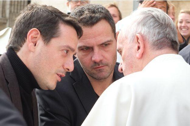 De g. à d. : l'avocat David Koubbi, Jérôme Kerviel et le pape François.