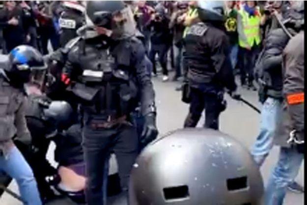 Capture d'écran d'une vidéo montrant l'interpellation de l'homme (en bas à gauche)