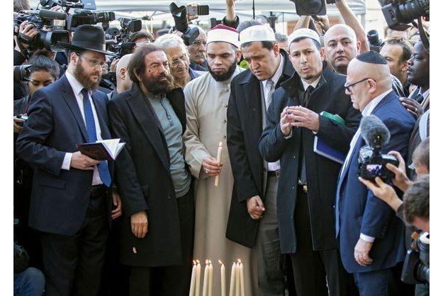 Le 15 novembre 2015, près du Bataclan. L'imam de Nîmes, Hocine Drouiche (mains jointes) à côté de l'imam de la mosquée de Drancy, Hassene Chalghoumi (au centre, cravate claire), et de l'écrivain Marek Halter (polo bleu).